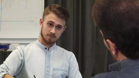 Красивый бизнесмен принимая примечания во время деловой встречи стоковые изображения rf