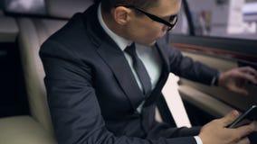 Красивый бизнесмен приходящ вне автоматический на бензоколонке для того чтобы позвонить телефонный звонок, встреча сток-видео
