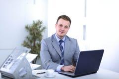 Красивый бизнесмен работает в офисе Стоковые Фотографии RF