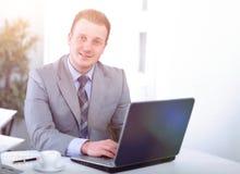 Красивый бизнесмен работает в офисе Стоковая Фотография RF