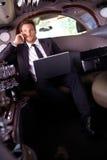 Красивый бизнесмен сидя в лимузине стоковое изображение