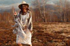 Красивый битник женщины boho имея потеху, нося шляпу и плащпалату Стоковая Фотография