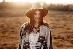 Красивый битник женщины boho, плащпалата усмехающся, носить шляпа и на стоковая фотография