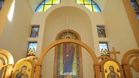 Красивый богато украшенный интерьер церков в Европе сток-видео