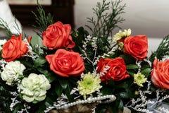 Красивый богатый букет красных роз на свадебной церемонии, подарка co Стоковые Изображения RF