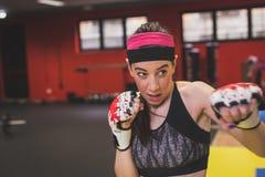 Красивый бокс девушки в спортзале Стоковое Фото