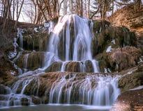 Красивый большой водопад со снегом стоковые изображения