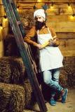 Красивый бородатый кашевар шеф-повара стоковое изображение