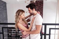 Красивый бородатый человек брюнета в белой футболке говоря с его женой стоковое изображение