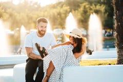 Красивый бородатый человек и его красивая девушка отдыхая около фонтанов стоковые изображения