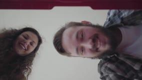 Красивый бородатый человек и женщина раскрывая чемодан и распаковывая его после отключения Супруг и жена имеют назад от акции видеоматериалы