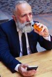 Красивый бородатый курить человека Стоковые Фото
