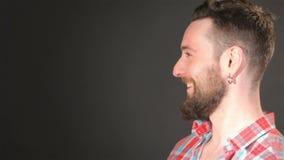 Красивый бородатый одобрять человека сток-видео