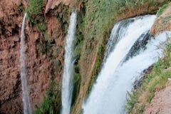 Красивый брызг водопада, который побежали на утесах Стоковое фото RF