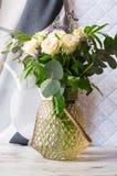 Красивый букет белых роз в вазе стоковая фотография