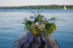 Красивый букет венка полевых цветков на голове девушки около реки воды Стоковое Фото