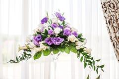 Красивый букет в стеклянной вазе Пурпуровые и белые цветки _ стоковые фото