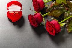 Красивый букет красных роз на черной предпосылке Стоковые Изображения