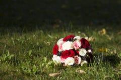 Красивый букет на траве Стоковые Фотографии RF