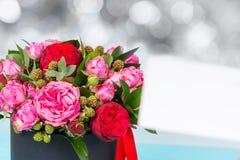 Красивый букет пинка и красных роз, пустой бирки подарка с полисменом Стоковое фото RF