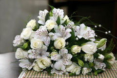 Красивый букет свадьбы белых цветков Стоковая Фотография