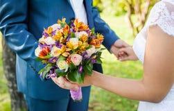 Красивый букет свадьбы в руках невесты Стоковые Фото