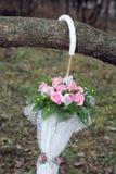 Красивый букет свадьбы в форме белого зонтика Стоковые Фотографии RF