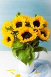 Красивый букет солнцецветов в белой вазе Стоковые Фотографии RF