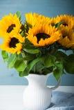 Красивый букет солнцецветов в белой вазе Стоковое Фото