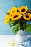 Красивый букет солнцецветов в белой вазе Стоковое Изображение RF