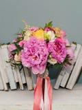 Красивый букет с пионами для невесты или девушки дня рождения Стоковое Изображение RF