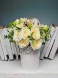 Красивый букет с розами для невесты или девушки дня рождения Стоковая Фотография RF
