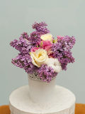 Красивый букет с цветками и розами сирени Стоковая Фотография RF