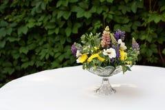 Красивый букет цветка outdoors Wedding floristic украшение на белой таблице Стоковая Фотография