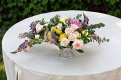 Красивый букет цветка outdoors Wedding floristic украшение на белой таблице Стоковое Фото
