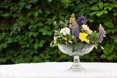 Красивый букет цветка outdoors Wedding floristic украшение на белой таблице Стоковая Фотография RF