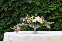 Красивый букет цветка outdoors Wedding floristic украшение на белой таблице Стоковые Фото