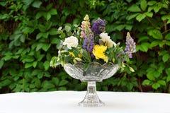 Красивый букет цветка outdoors Wedding floristic украшение на белой таблице Стоковые Фотографии RF