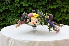 Красивый букет цветка outdoors Wedding floristic украшение на белой таблице Стоковые Изображения RF