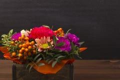 Красивый букет цветков с ягодой rowanberry в деревянной коробке Стоковая Фотография RF