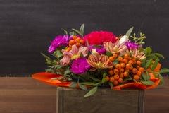 Красивый букет цветков с ягодой rowanberry в деревянной коробке Стоковое Фото