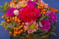 Красивый букет цветков с rowanberry Стоковая Фотография