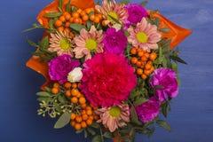Красивый букет цветков с rowanberry Стоковые Изображения RF