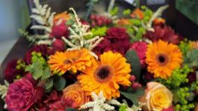 Красивый букет gerberas, роз, пионов и лилий других цветов акции видеоматериалы