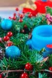 Красивый венок рождества, голубая свеча, ягоды Стоковая Фотография RF