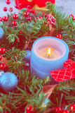 Красивый венок рождества, голубая свеча, ягоды Стоковые Изображения