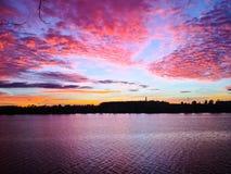 Красивый вечер захода солнца на реке стоковая фотография