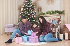 Красивый вечер рождества молодой кавказской семьи с ребенком стоковое фото rf