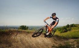 Красивый велосипед езд велосипедиста в горах Стоковые Изображения
