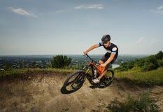 Красивый велосипед езд велосипедиста в горах Стоковая Фотография